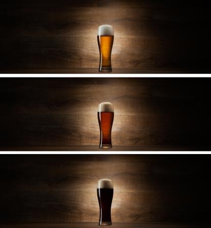 glas bier op hout achtergrond met copyspace Stockfoto