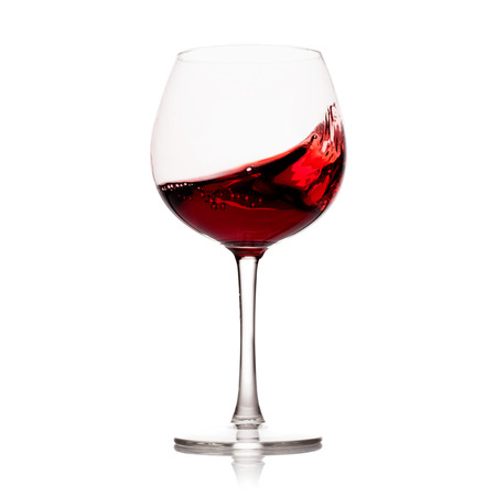 bewegen Glas Rotwein über einem weißen Hintergrund