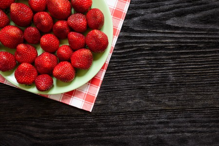 wenge: Strawberries in a plate on a green towel