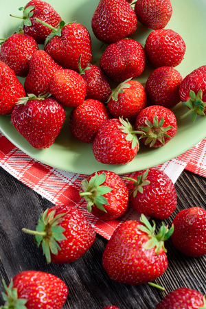 agriculturalist: Strawberries in a plate on a green towel
