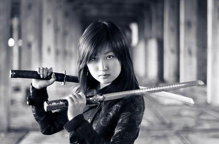 katana: Gevaarlijke Aziatisch meisje met katana in ruïnes