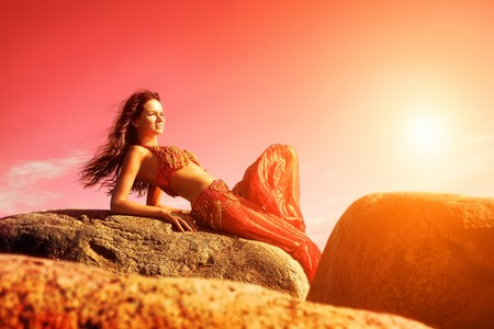 Femme en costumes Indiens assis sur les pierres