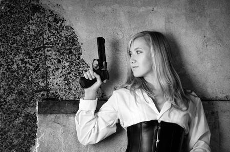 bounty: Cazador de recompensas de la mujer con en su mano  Foto de archivo