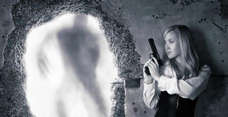 bounty: Cazador de recompensas de la mujer con pistola en sus manos