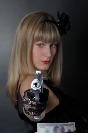 sicario: Mujer de g�ngster con pistola en negro