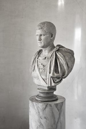 escultura romana: Busto de m�rmol antiguo del emperador Foto de archivo