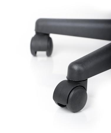 mobiliario de oficina: Las ruedas de la silla aislados en blanco