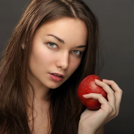 salud sexual: Hermosa mujer posando con manzana roja