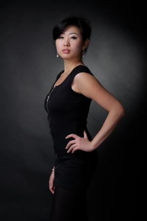 ethnic dress: Donna asiatica in abito nero Archivio Fotografico