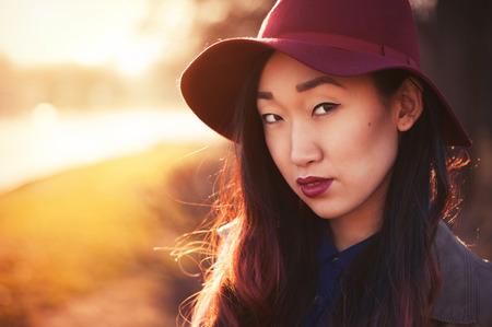 single woman: Al aire libre mujer asiática en un día soleado