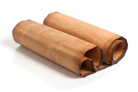 pergamino: rollo de pergamino aislado en el fondo blanco
