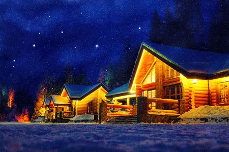 Escena del invierno Nevado de una cabina en la distancia en la noche