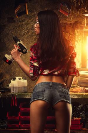 Sexy vrouw werknemer met boor