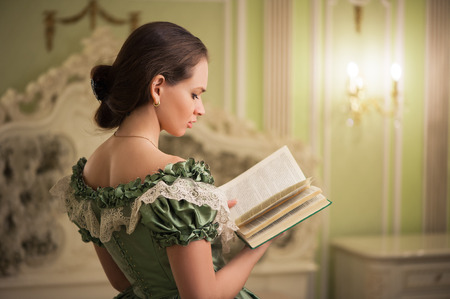 Portrait of retro baroque fashion woman wearing green vintage dress at old palace interior Banque d'images - 114124905