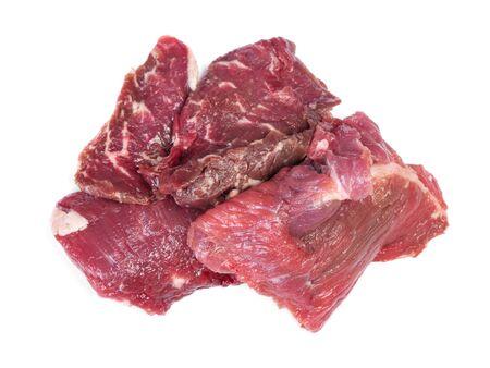 Stukken rauw rundvlees geïsoleerd op een witte achtergrond