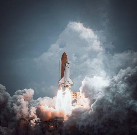 Space shuttle launches with dramatic smoke. Archivio Fotografico