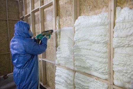 Pracownik izoluje specjalną piankową ścianą Zdjęcie Seryjne