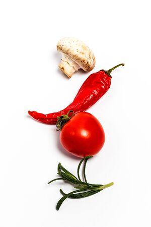 Verduras crudas, champiñones y tomates para un plato sabroso sobre un fondo blanco.