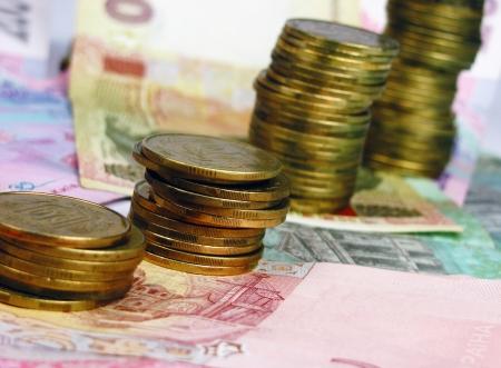 remuneraci�n: Las pilas de monedas en el fondo billetes