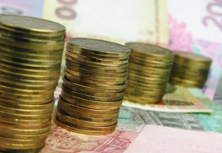 remuneraci�n: Pilas de monedas y billetes