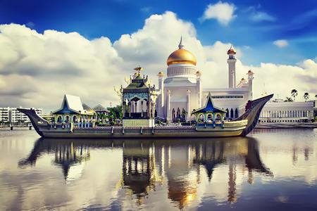 The Sultan Omar Ali Saifudding Mosque, Bandar Seri Begawan, Brunei, Southeast Asia