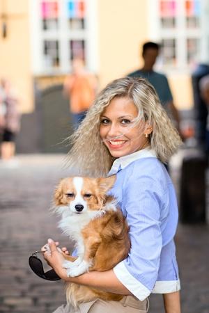 blusa: mujer joven con la chihuahua en la ciudad vieja.