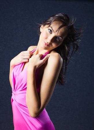 robe de soir�e: jeune femme en robe de soir�e rose, maquillage professionnel. Banque d'images