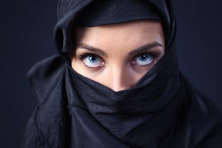 La mujer en un coverlet negro.