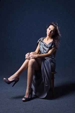 robe de soir�e: jeune femme en robe du soir grise, maquillage professionnel. Banque d'images