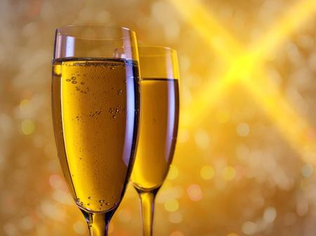 brindisi spumante: champagne in bicchieri su uno sfondo arancione. Archivio Fotografico