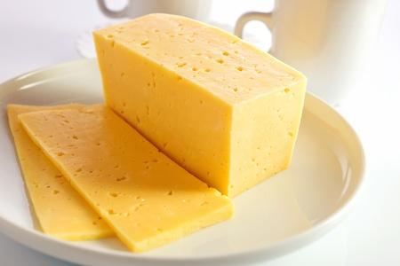 白い皿にチーズ。