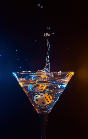 copa de martini: los dados caen en un vaso con martini.