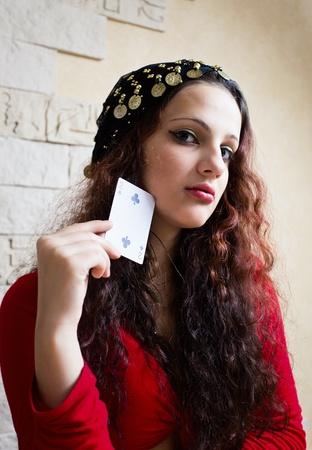 psychisch: De jonge mooie zigeunermeisje voorspelt de toekomst op kaarten. Stockfoto