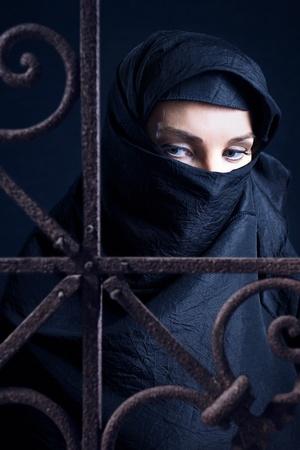 femme musulmane: La femme arabe dans une couverture noire.
