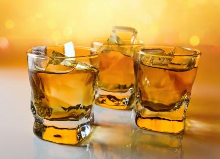 scotch: whisky met ijs, focus op een voorgrond. Stockfoto