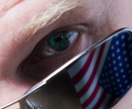 agent de s�curit�: La personne en lunettes noires regardant attentivement vous. Banque d'images