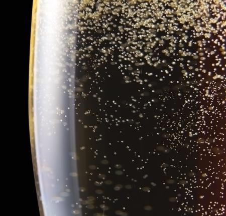 dwarsfluit: champagne in wijnglas op een zwarte background.Saved clipping path.