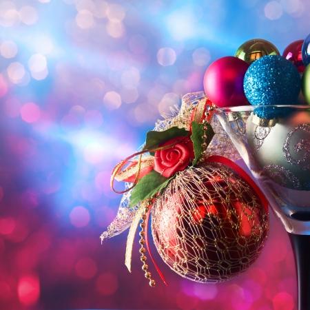 adornos navideños: Chucherías de la Navidad en copas de vino sobre un fondo oscuro. Foto de archivo