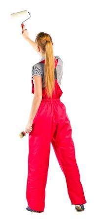 pintor de casas: Mujer joven en guardapolvos rojos con herramientas de pintura, aislados en blanco