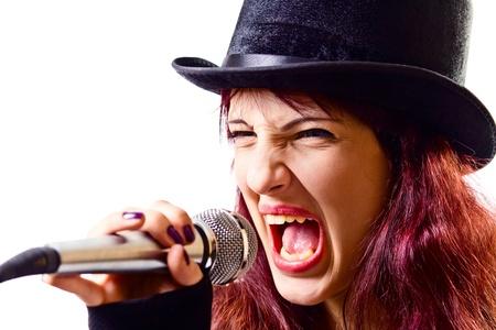 tophat: L'attrice in nero parte-cappello con microfono, isolato su un bianco Archivio Fotografico