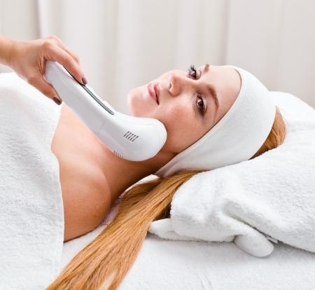La ragazza facendo procedure cosmetiche in spa clinica