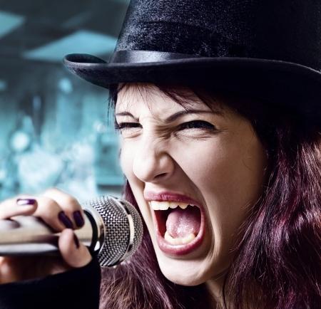 tophat: L'attrice in nero top-hat con microfono Archivio Fotografico