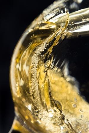 Vinho branco que está sendo derramado em um copo de vinho