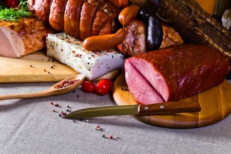 スモーク肉とソーセージ、リネンの布 写真素材