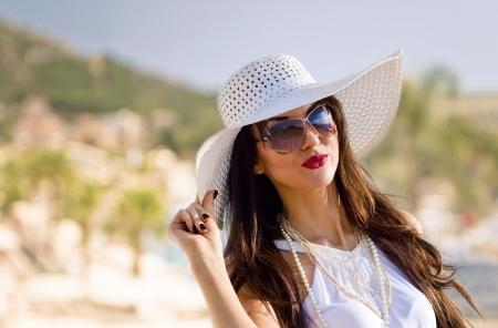 海のビーチで白の若い美しさ 写真素材