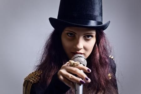 tophat: L'attrice con il microfono in nero top-hat