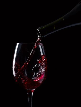 와인: 검은 색 바탕에 빨간색 와인 병 및 유리