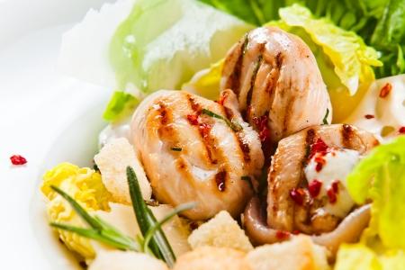 Salade César avec filet de poulet grillé et de légumes verts