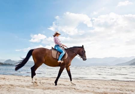 caballo de mar: hermosa joven con el caballo en la costa