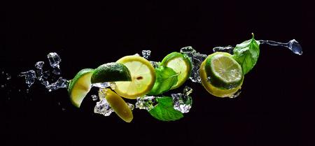 limoen en citroen stukjes met bladeren van munt Stockfoto